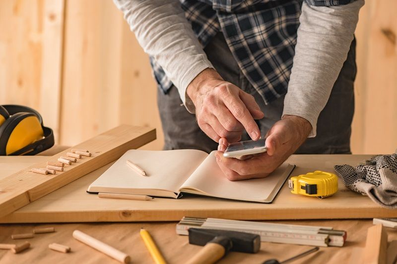 Carpenter-making-project-calculation-using-smartphone-app-cm